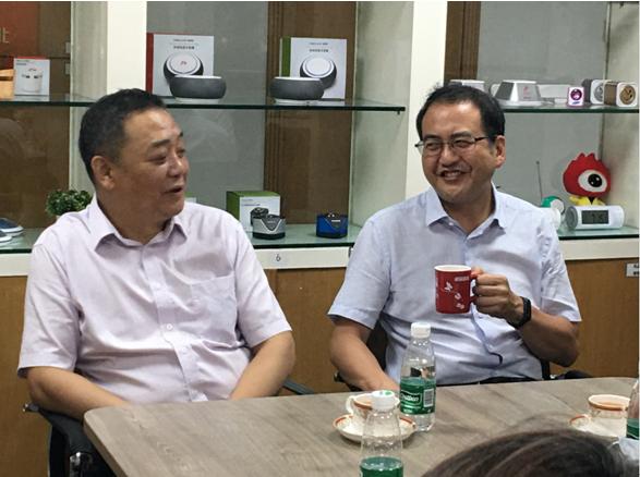 聊起双方熟悉的技术领域,刘军校长和陈芒都很开心