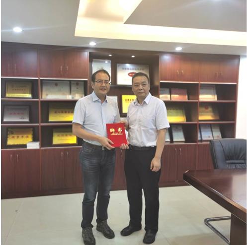 陈芒接受刘校长亲手颁发的《聘书》,成为北京物资学院本科教学校外导师