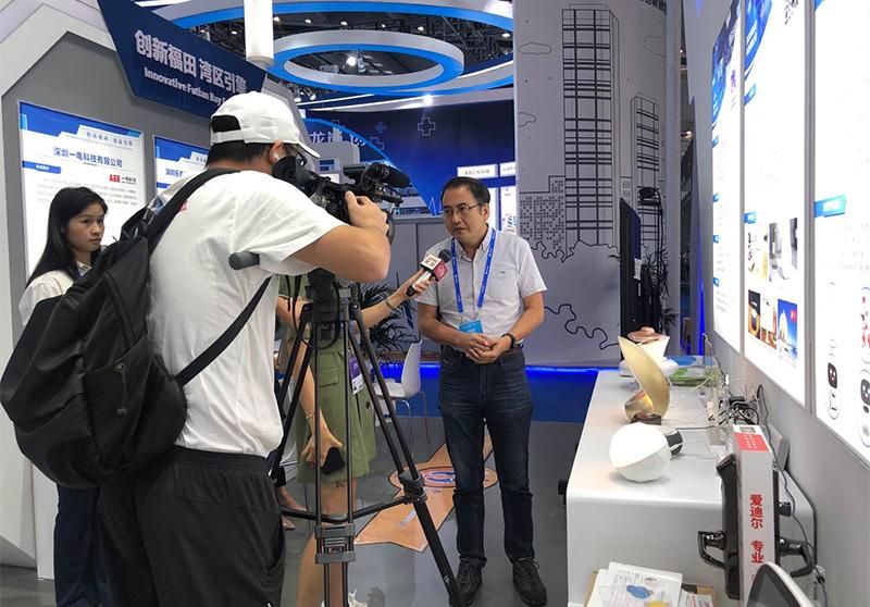 轻生活科技陈芒总设计师接受深圳电视台记者现场采访