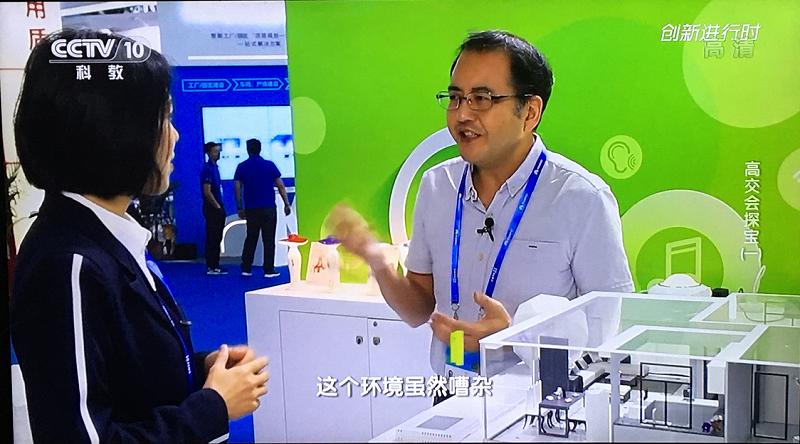轻生活科技总设计师陈芒向央视记者讲解离线语音识别技术